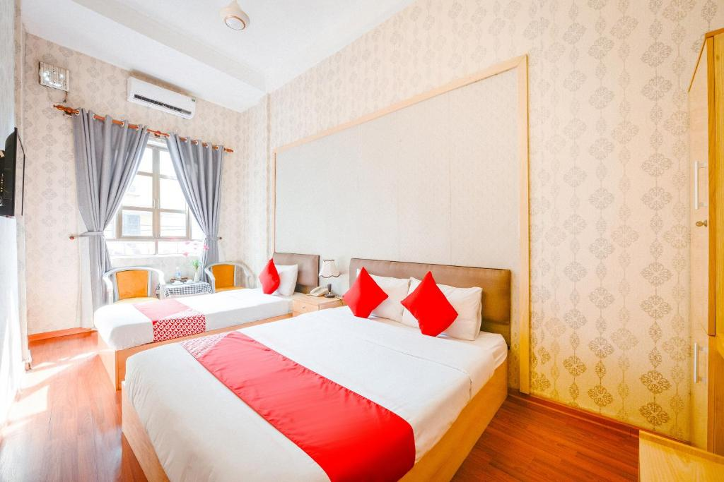 A bed or beds in a room at OYO 268 Pavilion Hotel Hanoi