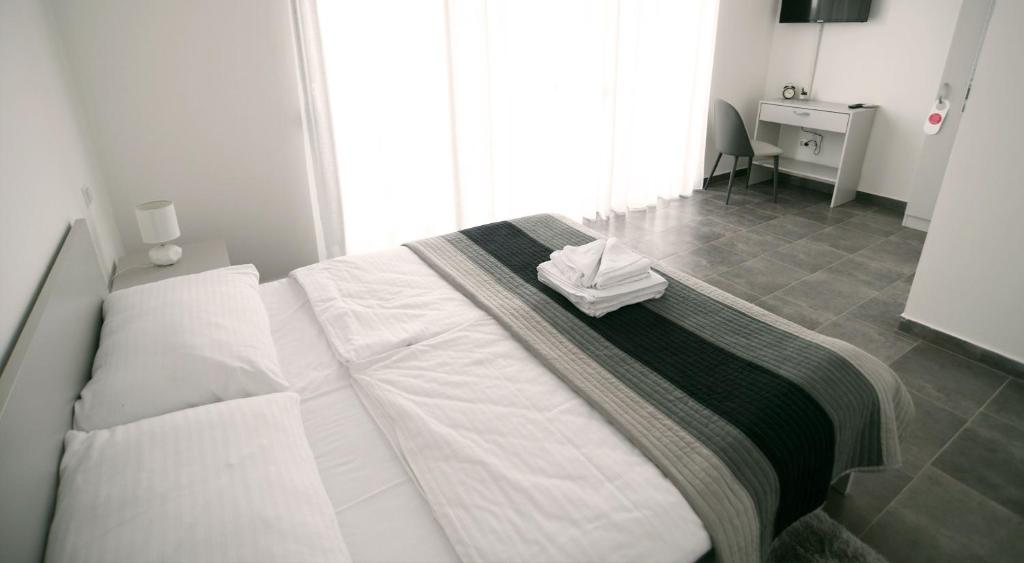 A bed or beds in a room at Filipovic rent a car & apartments