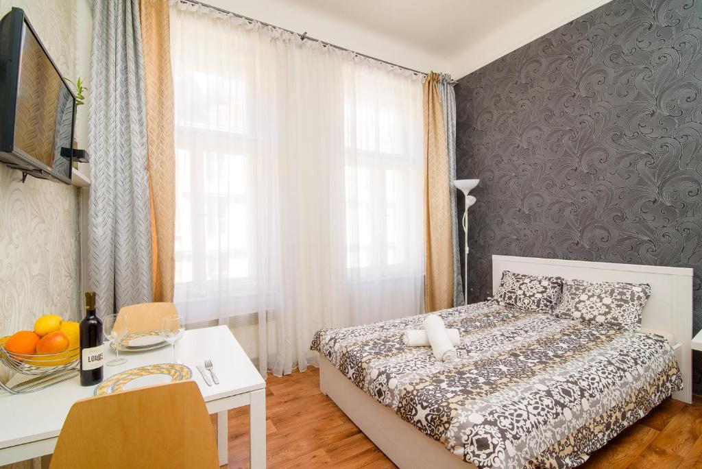 Rúm í herbergi á Your HOME in Prague, apt. Afrodita