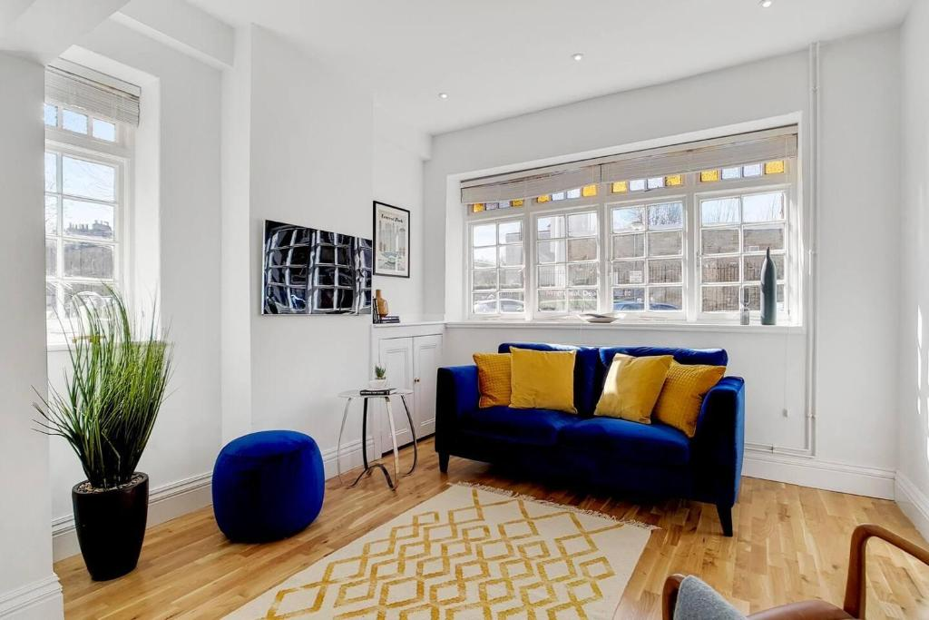 A seating area at Stunning 3 Bedroom Home in the Heart of Greenwich