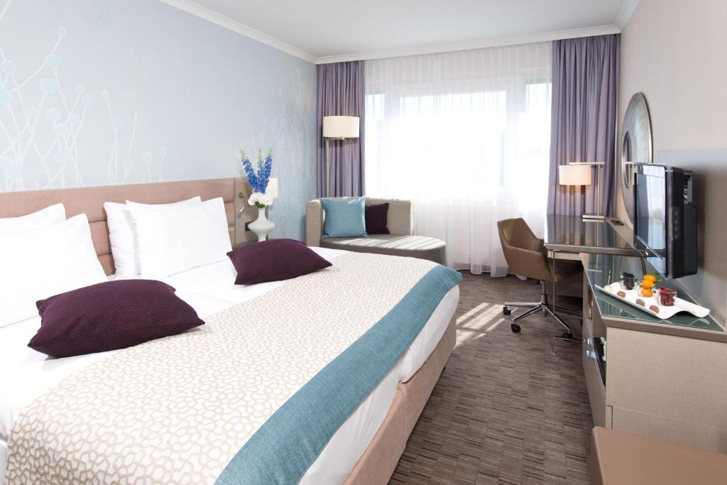 A bed or beds in a room at Crowne Plaza Berlin City Centre
