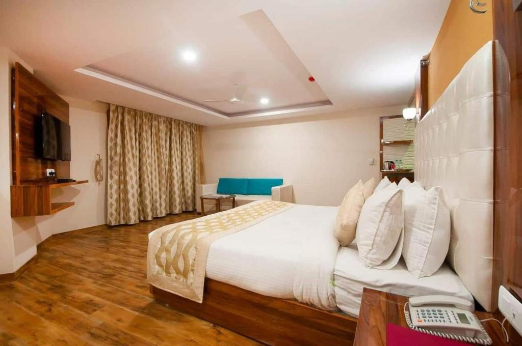 A bed or beds in a room at Hotels 18 New India Tours