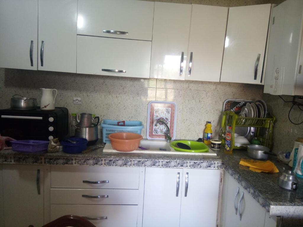 A kitchen or kitchenette at عين تموشنت