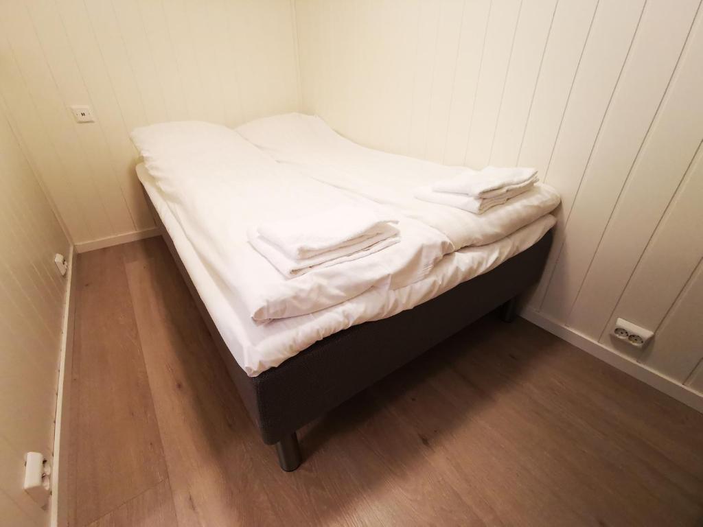 Кровать или кровати в номере Skarvegen Studioapartment - part of a private family home