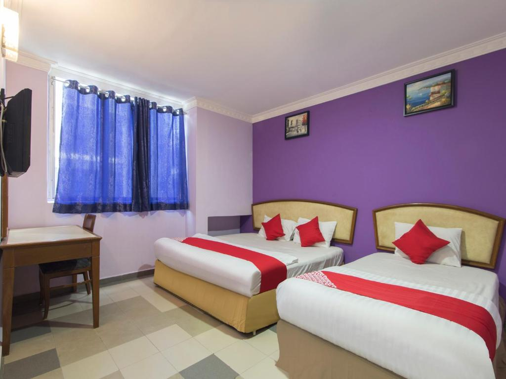 A bed or beds in a room at OYO 882 Hotel Sri Muda Corner Sdn Bhd
