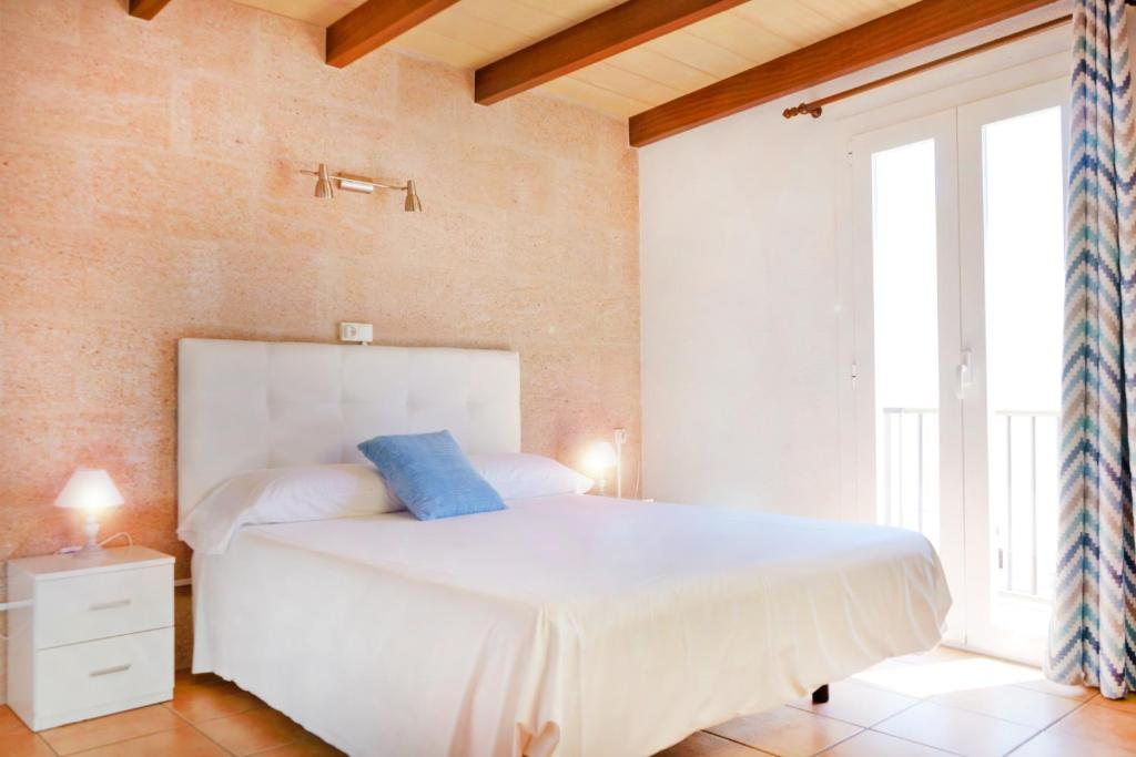 A bed or beds in a room at Marblau Mallorca