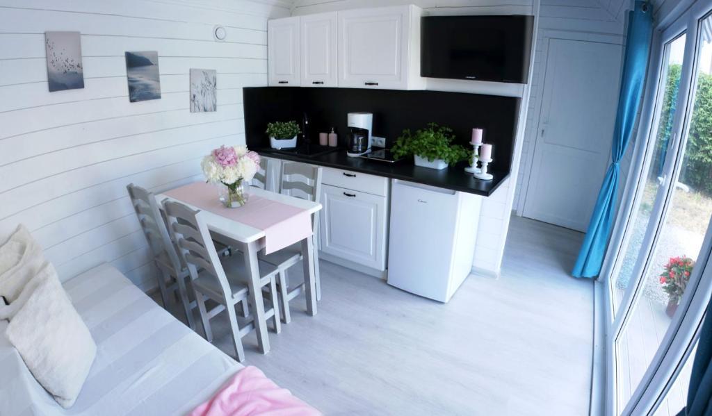Köök või kööginurk majutusasutuses Happyfugu Domki Letniskowe