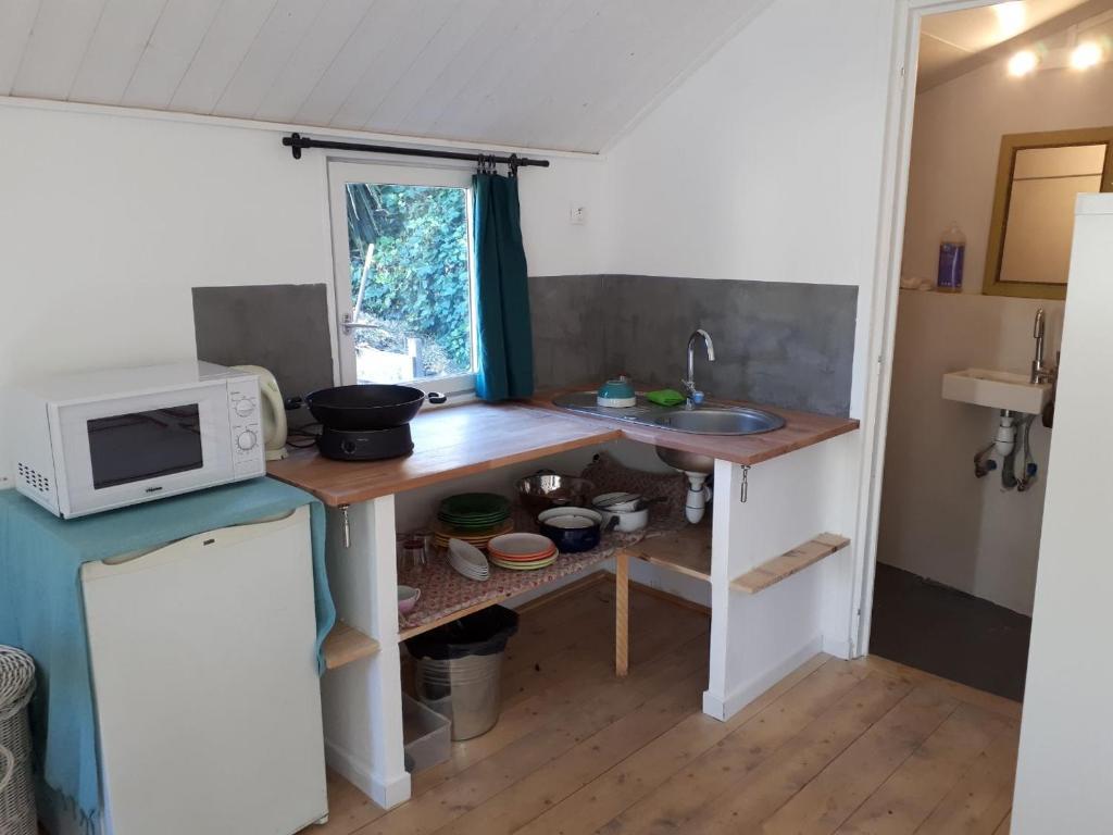 A kitchen or kitchenette at Le cabanon sous le murier