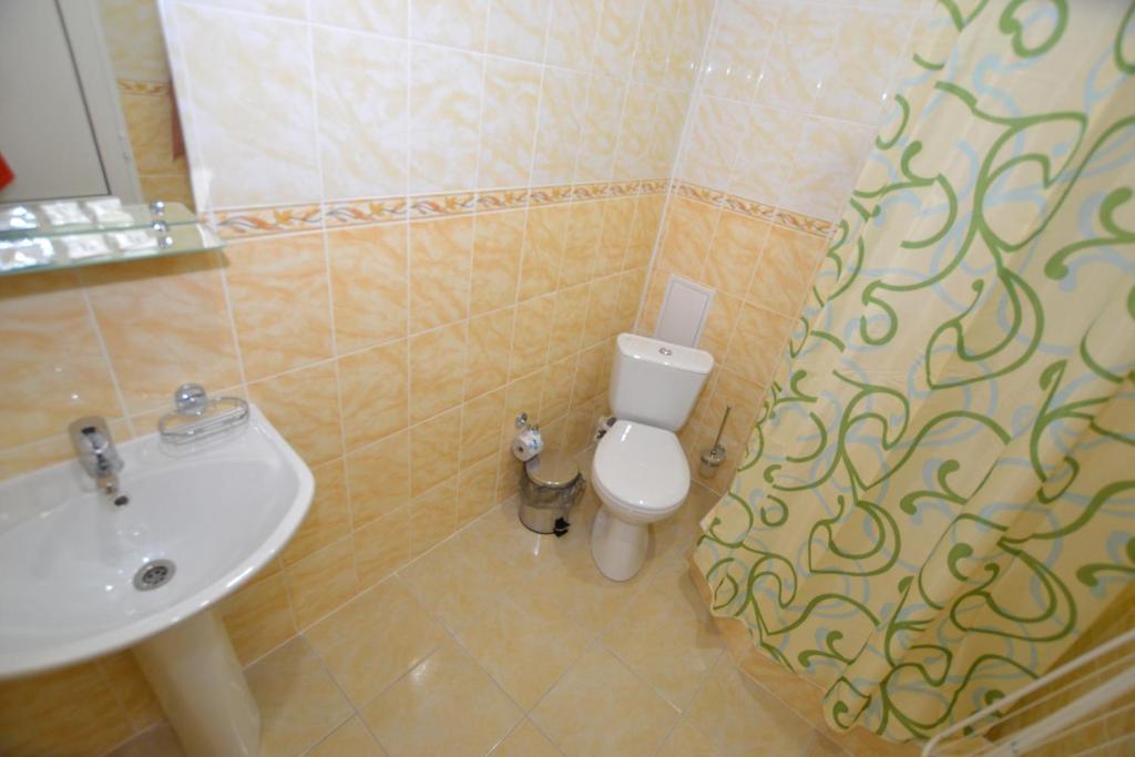 A bathroom at Guest House Azov