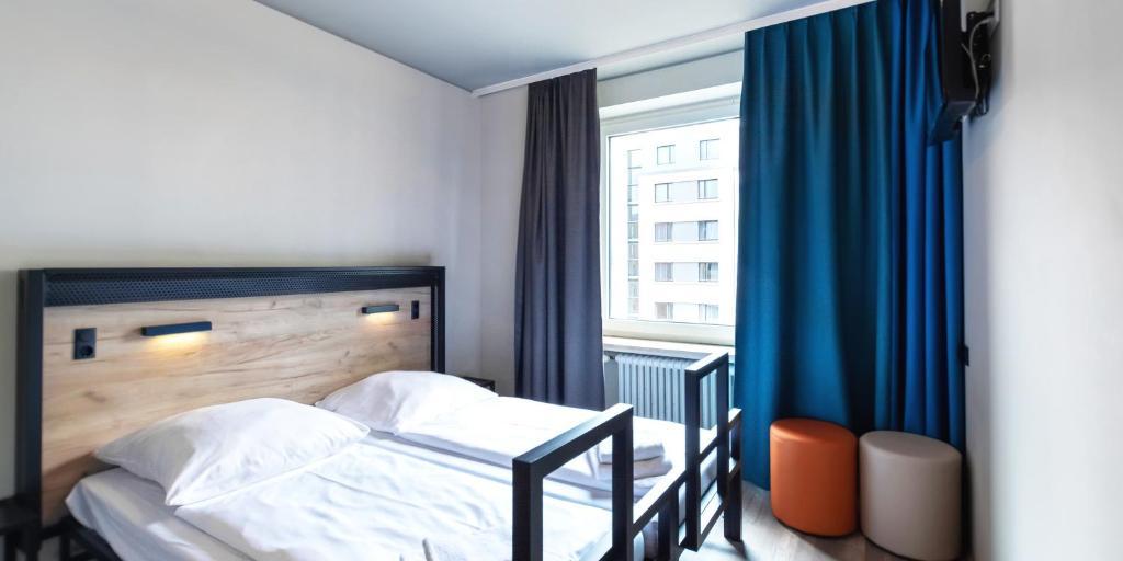 Ein Bett oder Betten in einem Zimmer der Unterkunft a&o Nürnberg Hauptbahnhof