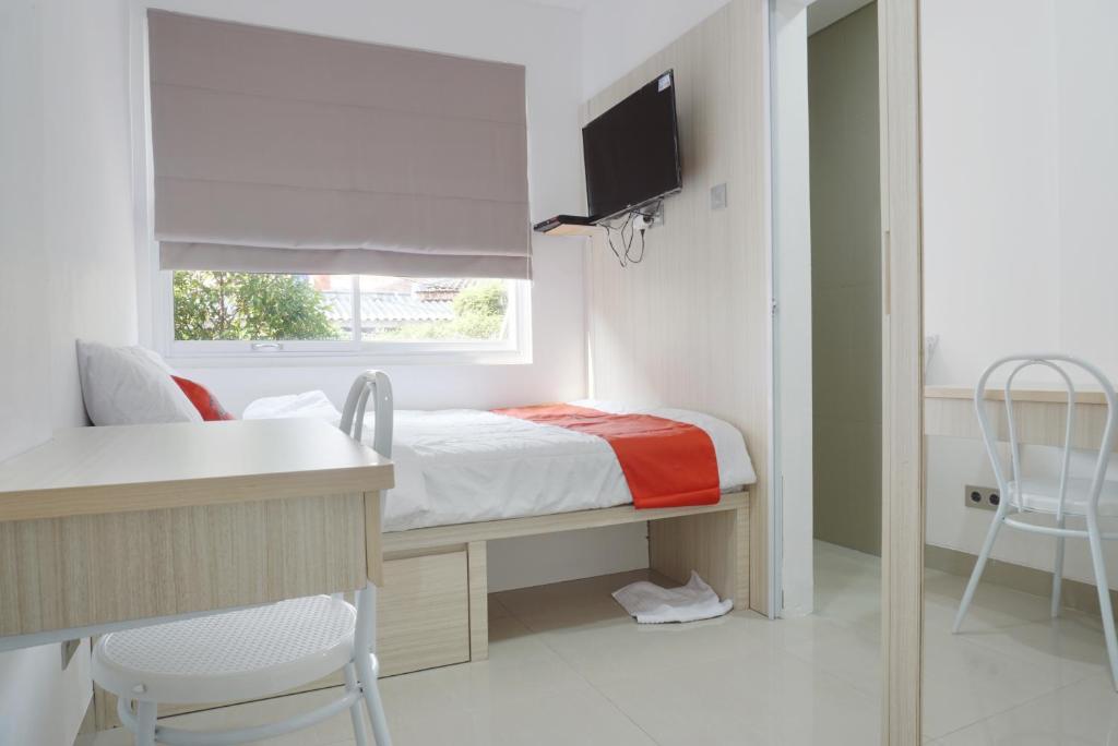 Tempat tidur dalam kamar di Residences by RedDoorz near Trisakti University