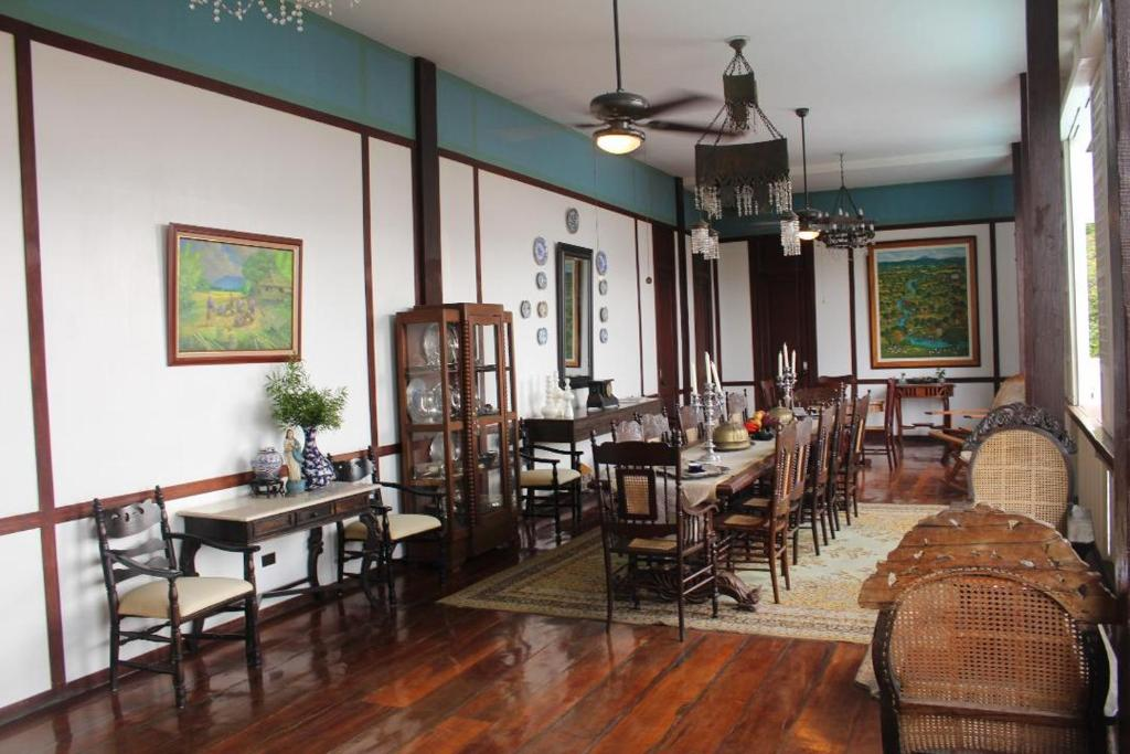 A restaurant or other place to eat at Paradores Del Castillo