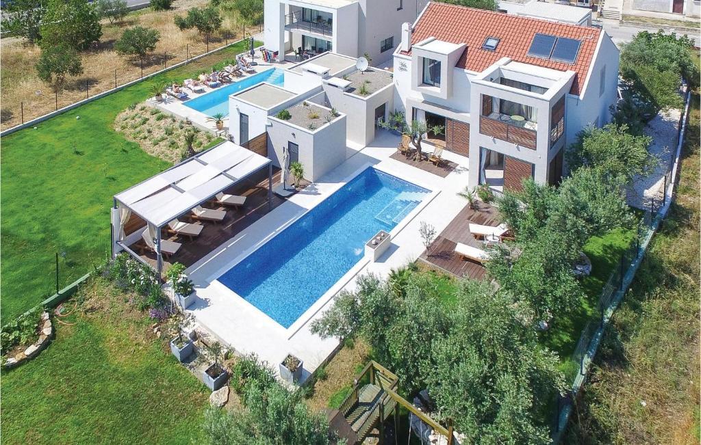 Ein Blick auf den Pool von der Unterkunft Holiday Home Kastel Luksic with Sea View III oder aus der Nähe