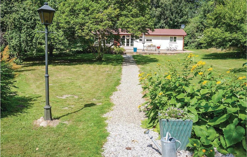En trädgård utanför Three-Bedroom Holiday Home in Tomelilla