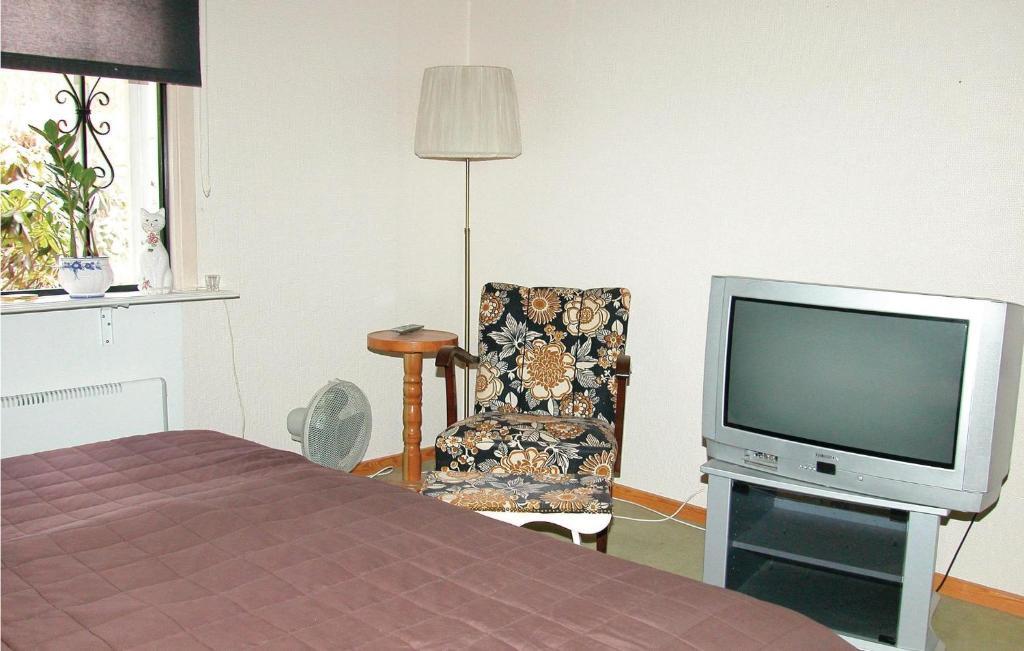 En tv och/eller ett underhållningssystem på Holiday home Bengtstorp Gyttorp