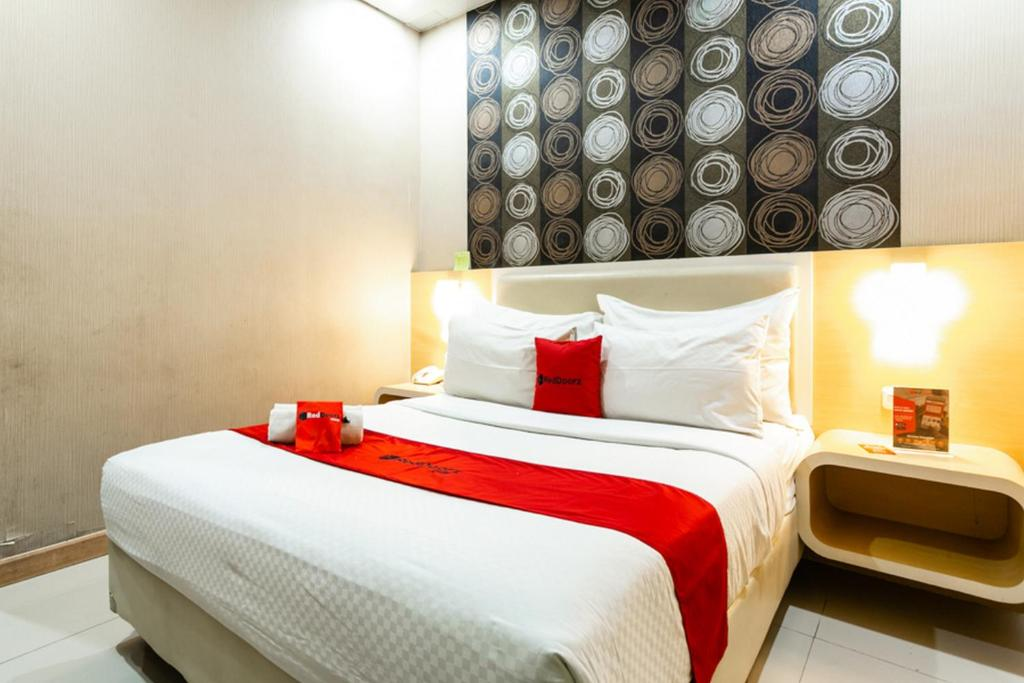 A bed or beds in a room at RedDoorz @ Jl. A. Yani Solo