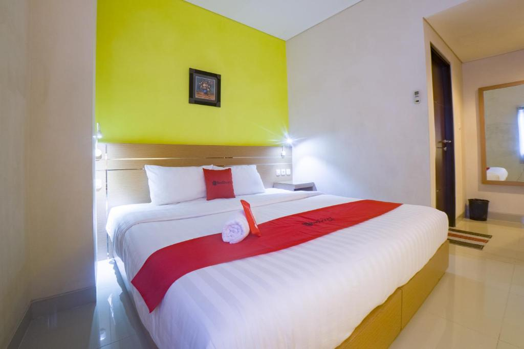 A bed or beds in a room at RedDoorz @ Budget Hotel Ambon