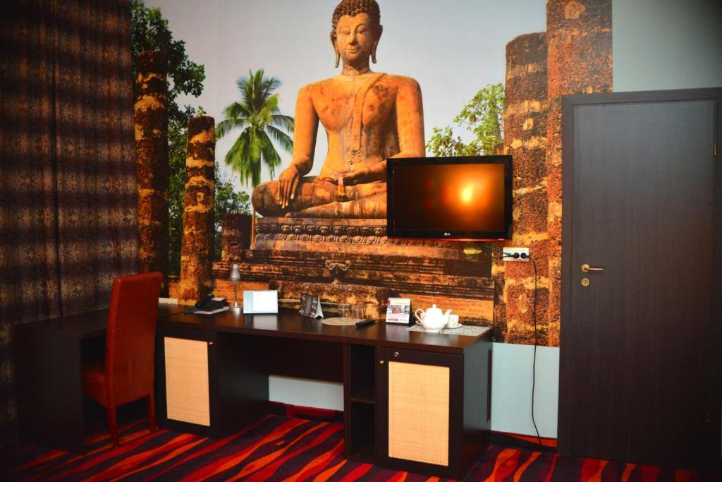 A television and/or entertainment center at Sapar Standart Hotel