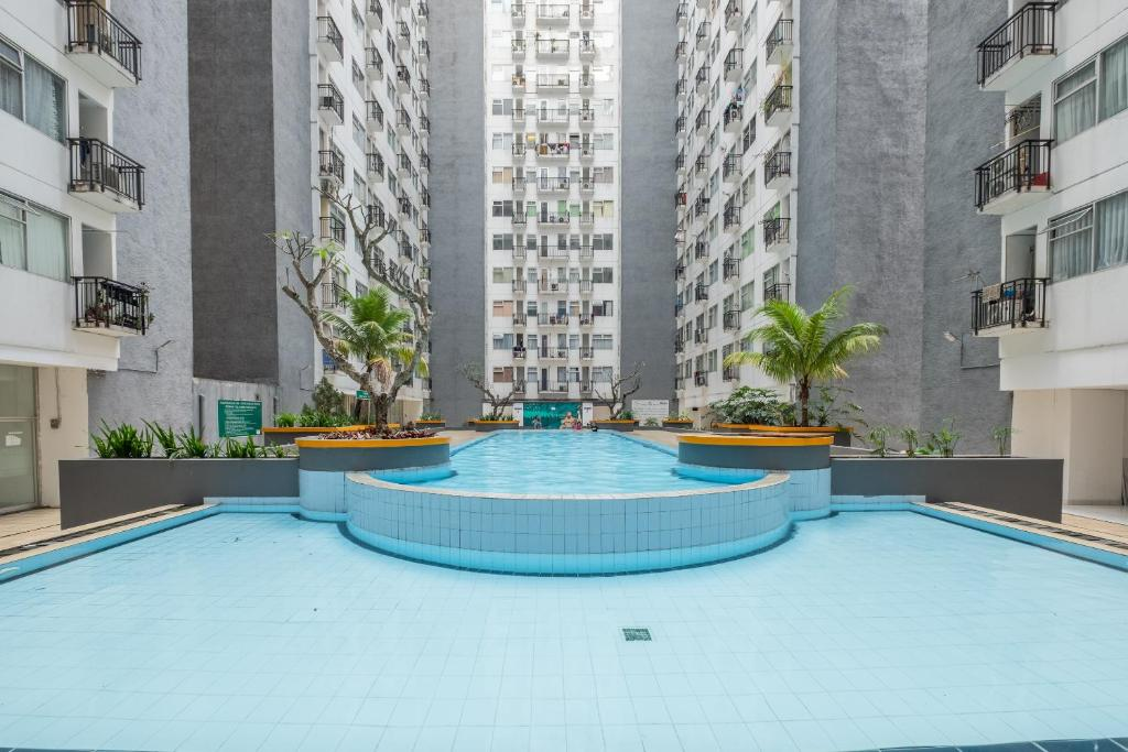 The swimming pool at or close to OYO 1042 Jarrdin By Olive