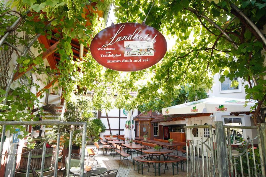 Ein Restaurant oder anderes Speiselokal in der Unterkunft Wirtshaus am Treidelpfad
