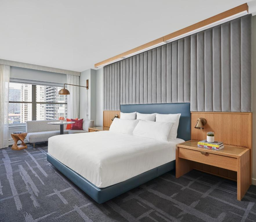 A bed or beds in a room at 21c Museum Hotel Chicago MGallery
