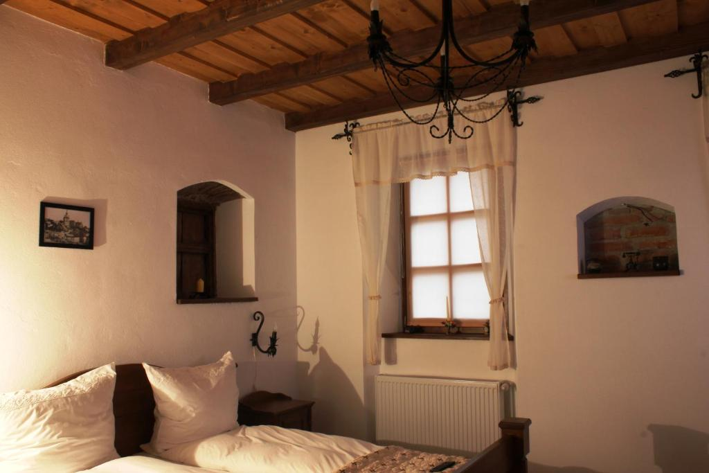 A bed or beds in a room at Pensiune Casa Richter