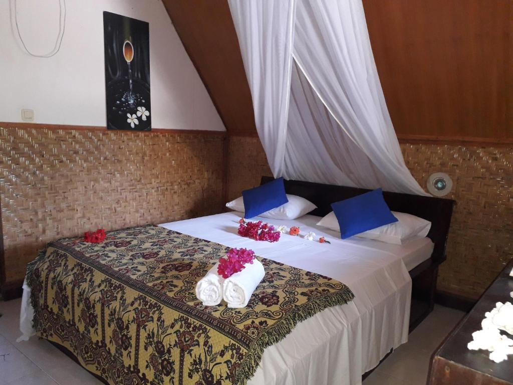 A bed or beds in a room at Dea Gili Cottages