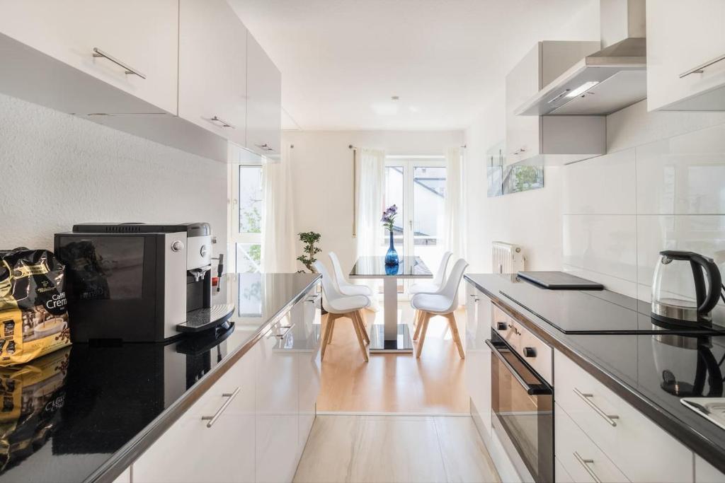 A kitchen or kitchenette at Premium 2 room apartment 10 min Uni, 4 min City