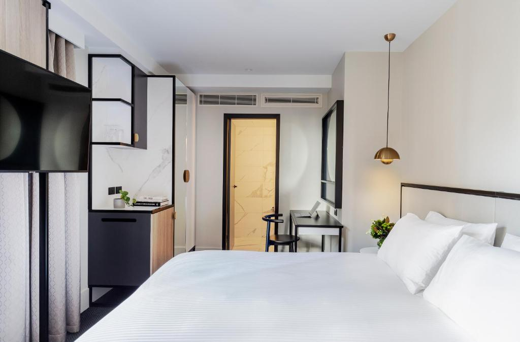 A bed or beds in a room at Brady Hotels Jones Lane