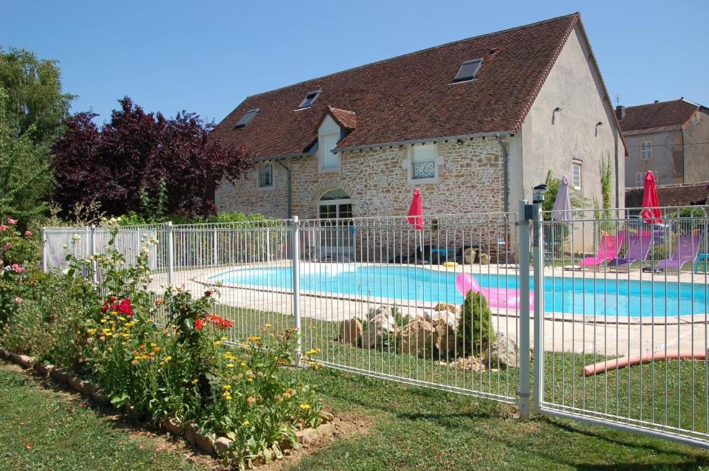 The swimming pool at or near La Renouée Chambres d'Hôtes