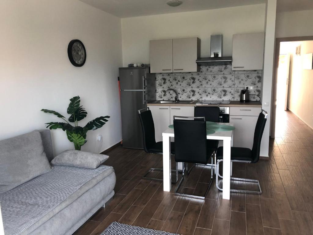 A kitchen or kitchenette at Apartment Sunrise