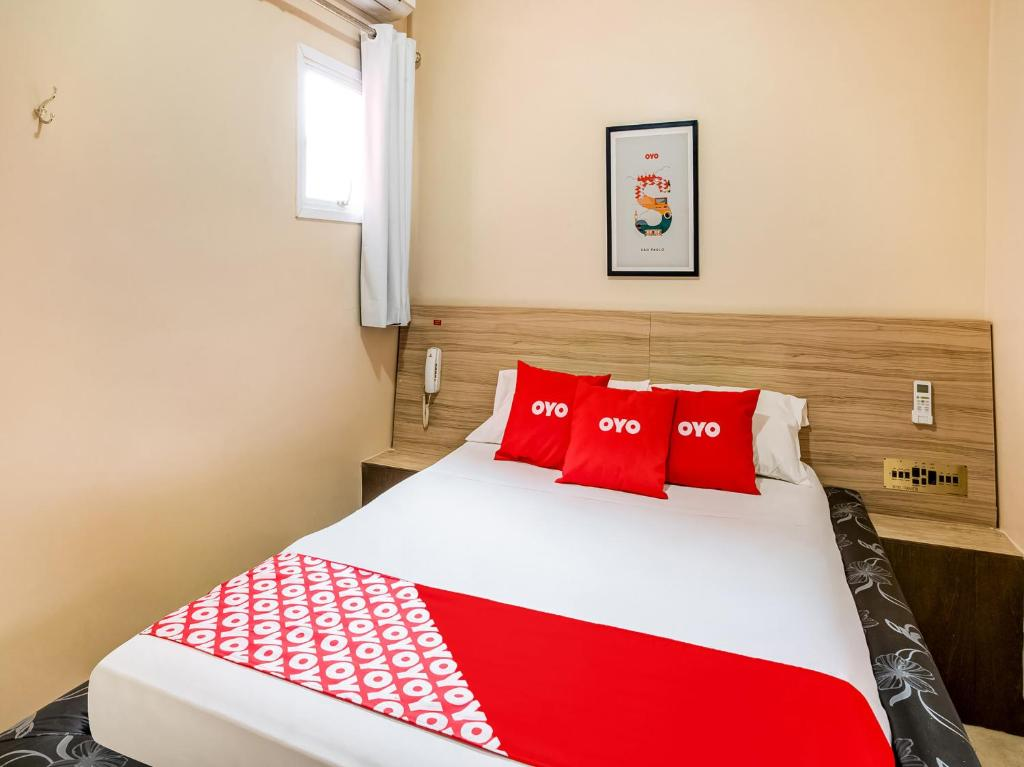 A bed or beds in a room at OYO Hotel Itarantim