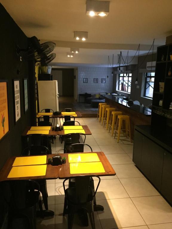 Um restaurante ou outro lugar para comer em Republica 13