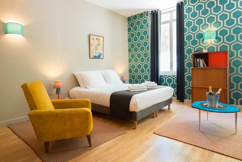 Gulta vai gultas numurā naktsmītnē Suites & Hôtel Helzear Champs-Elysées