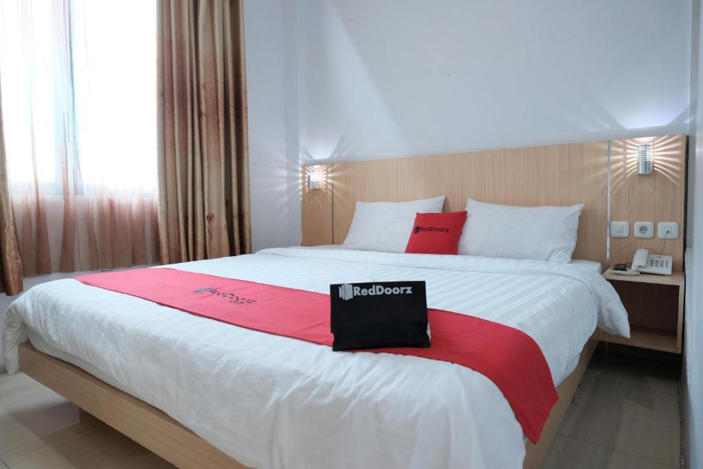 Tempat tidur dalam kamar di RedDoorz Plus near WTC Batanghari Mall 2