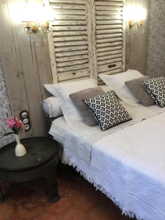 A bed or beds in a room at Chez Les Brocs B&B