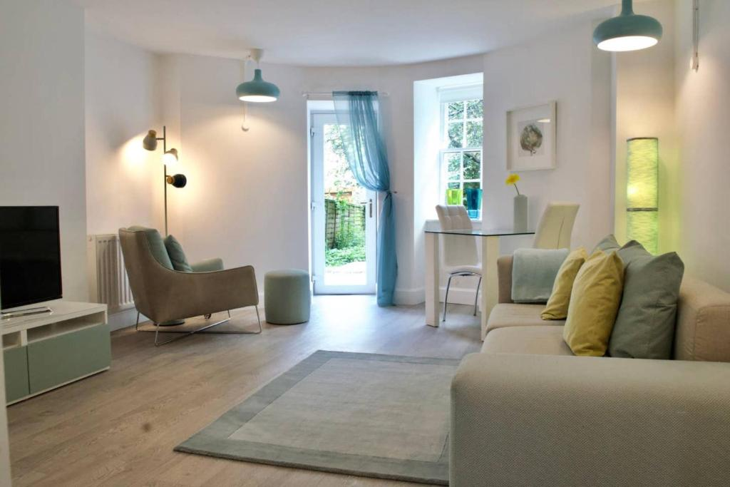 Beautiful 1 Bedroom Apartment On Broughton Street