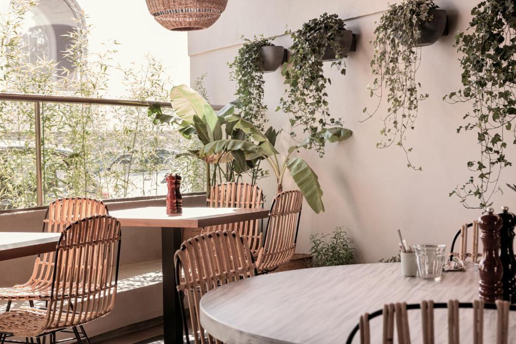 Cook's Club City Beach Rhodes tesisinde bir restoran veya yemek mekanı