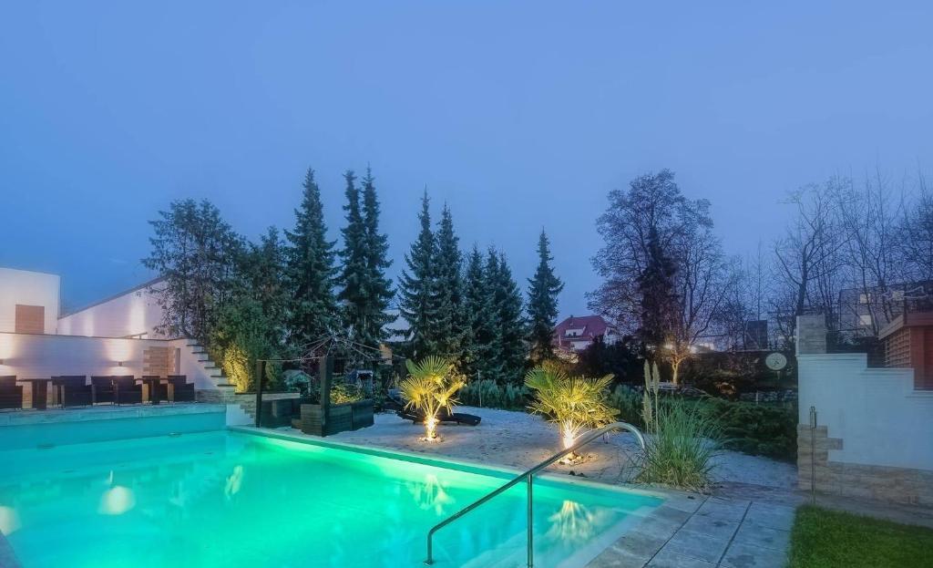Der Swimmingpool an oder in der Nähe von HOLI DAY SPA Appartement