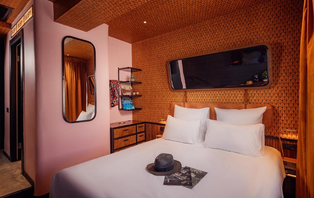 Cama ou camas em um quarto em Dave Levinsky - Son of a Brown