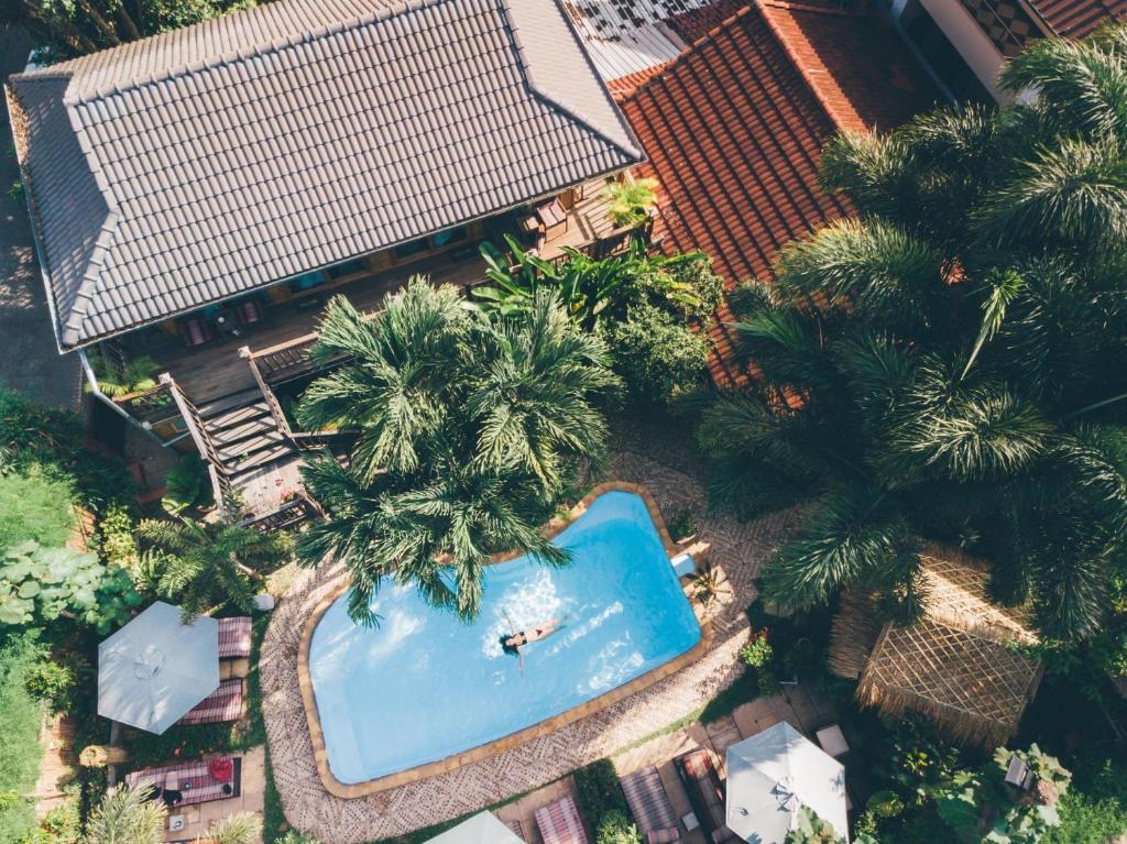 Uitzicht op het zwembad bij Guesthouse Liam's Suan Dok Mai of in de buurt