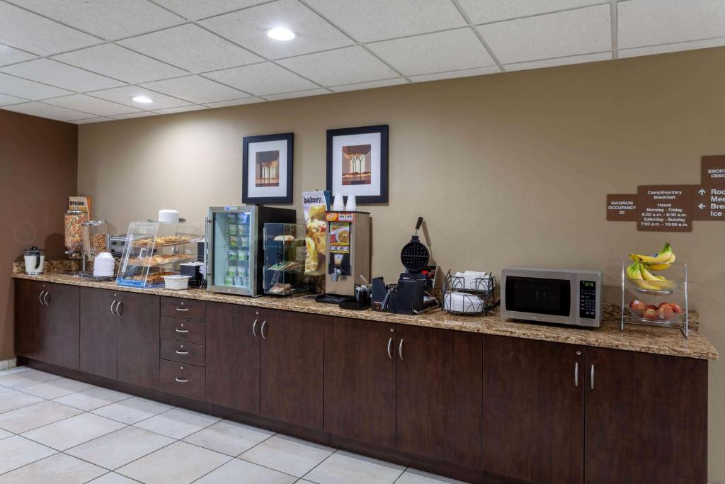 A restaurant or other place to eat at Microtel Inn & Suites by Wyndham Columbia