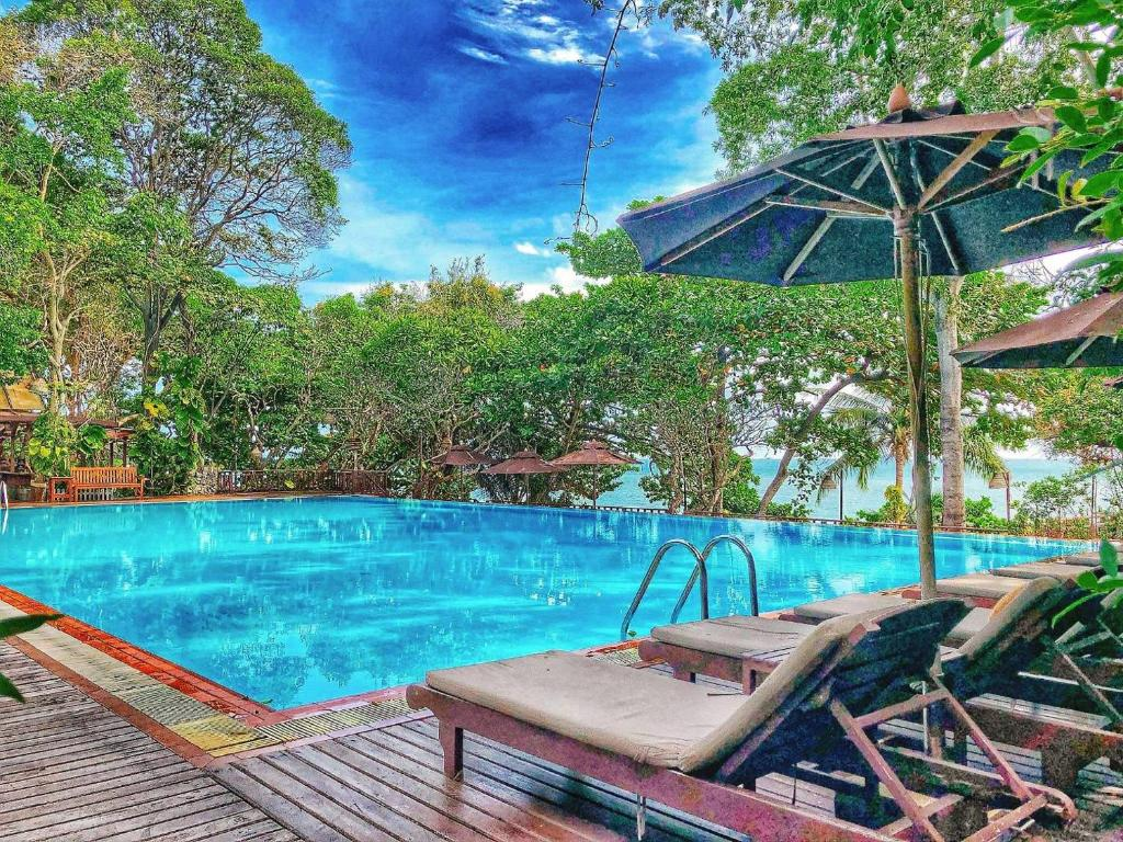 The swimming pool at or close to Birds and Bees Resort