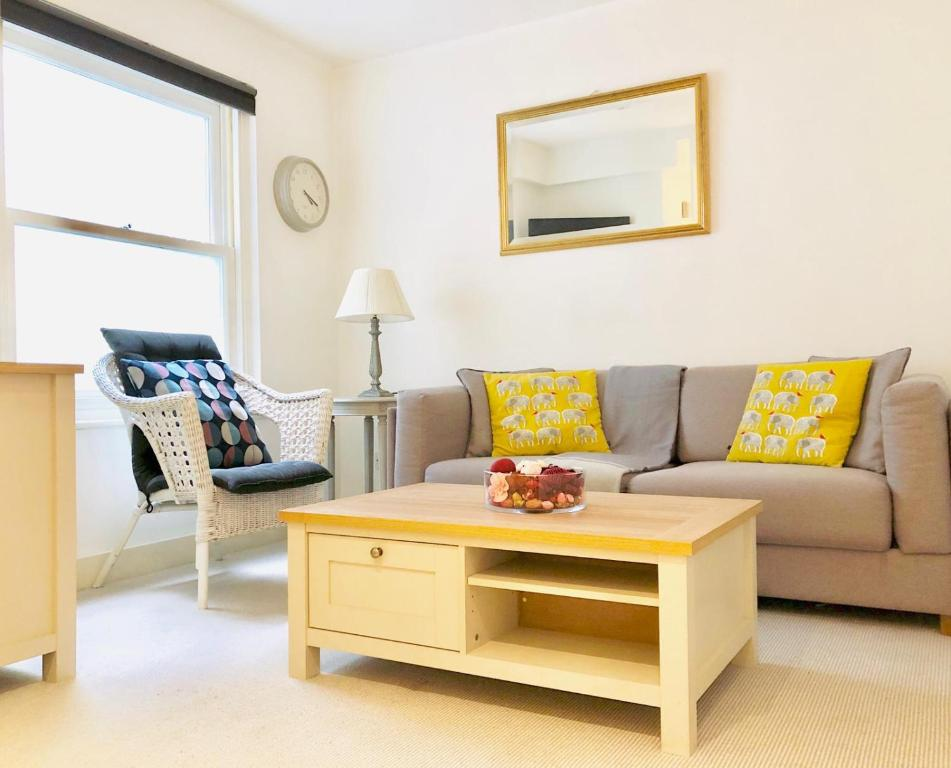 Contemporary Apartment By Notting Hill Gate Station