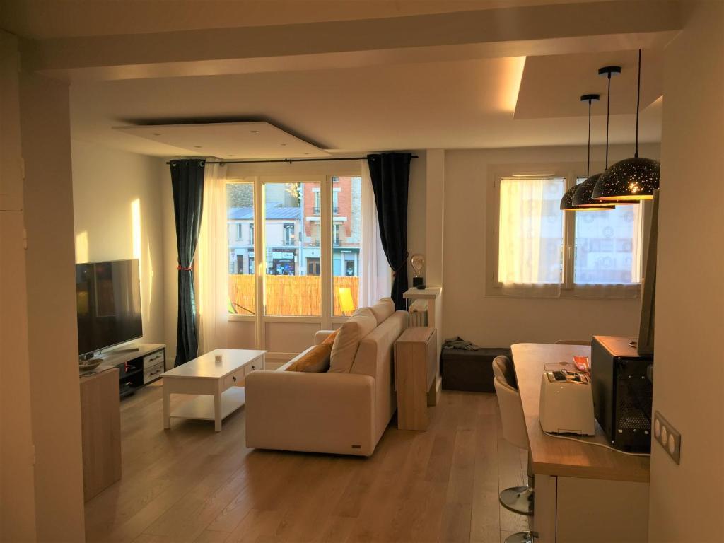A seating area at Chambre privée calme Netflix, WiFi, Jacuzzi inclus Appt 60m2 Enghien-Les-Bains Centre