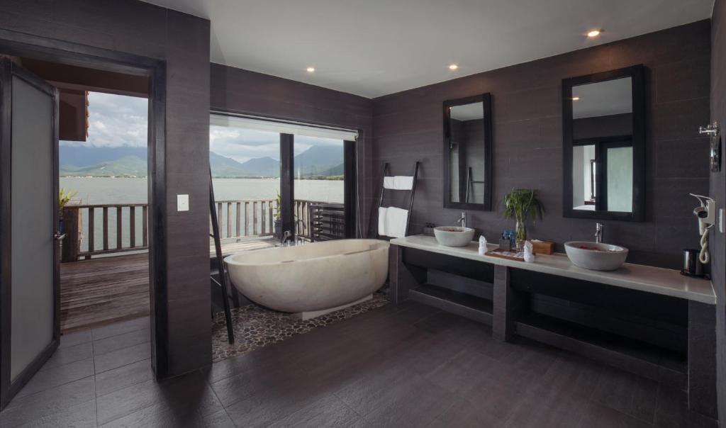 Bungalow Một Phòng Ngủ Trên Mặt Nước- Miễn Phí 1 Chiều Đón Sân Bay