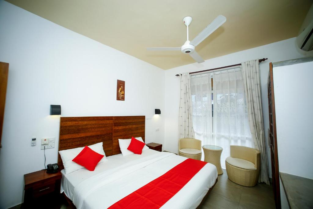 A bed or beds in a room at OYO 307 Blue Waves