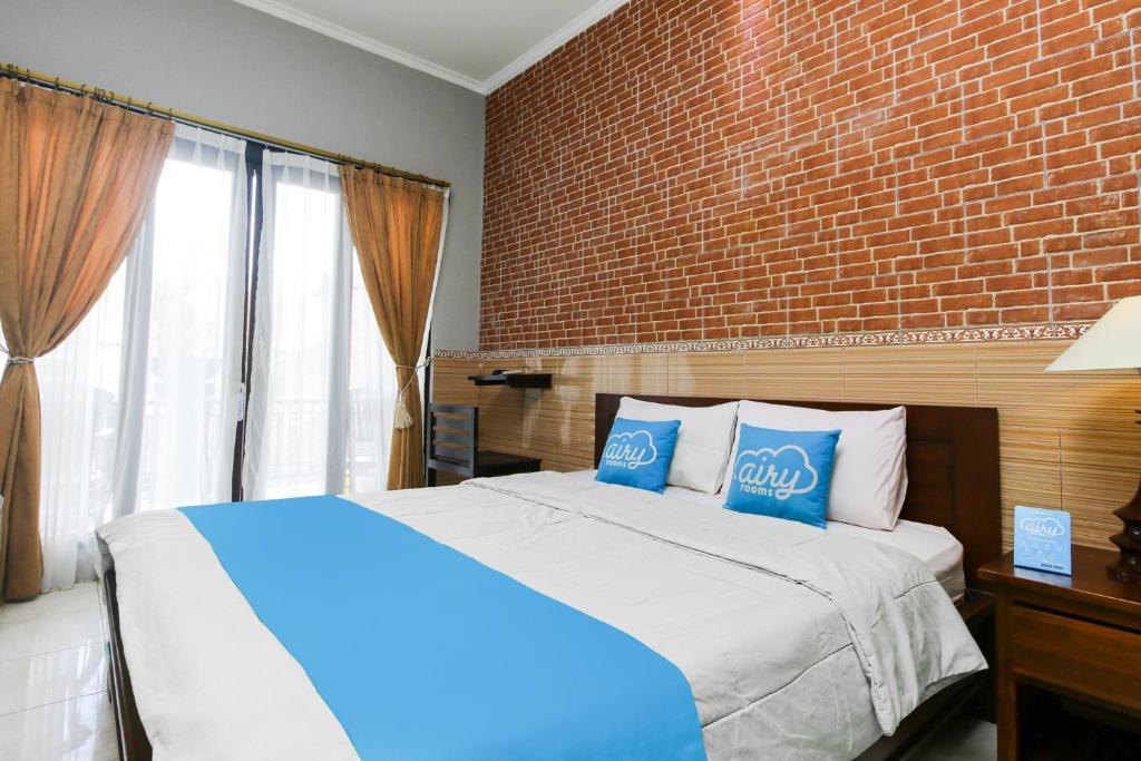 A bed or beds in a room at Airy Kuta Kartika Plaza Gang Pendawa 4x Bali