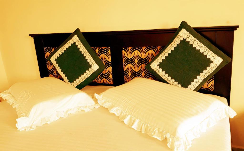 A bed or beds in a room at Lakshan View Resort
