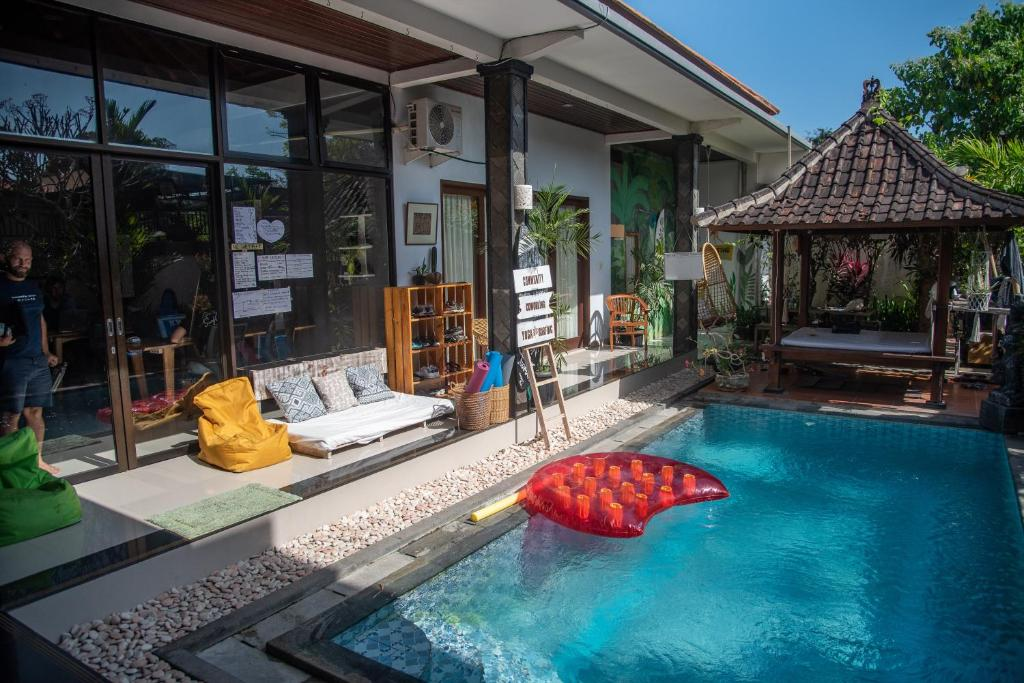 A piscina localizada em Surfing Nomads Coliving Villa ou nos arredores